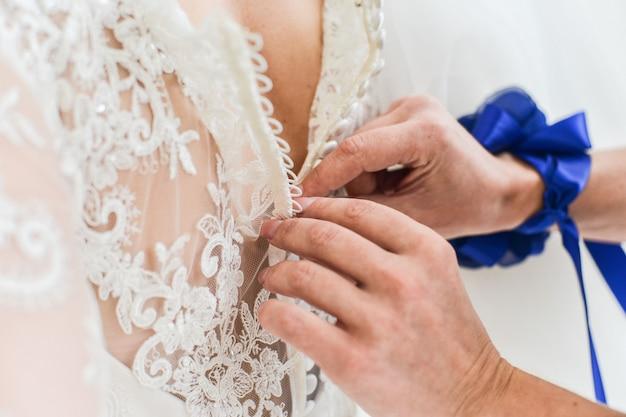 Liga na perna de uma noiva, momentos do dia do casamento