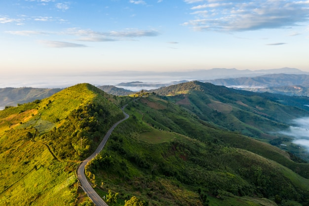 Ligação da estrada da montanha a cidade e o fundo do céu azul no tempo de manhã chiang rai tailândia