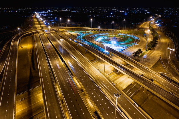 Ligações rodoviárias e rodoviárias para negócios de transporte e logística à noite