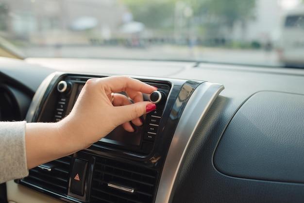 Ligando o rádio no carro, voltando para casa.