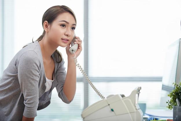 Ligando pelo telefone