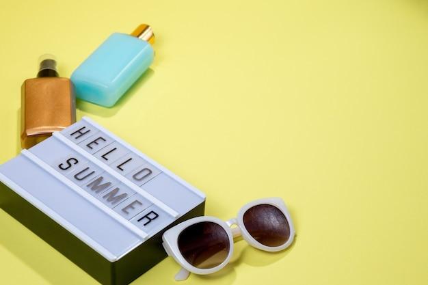 Lightbox com mensagem olá verão e óculos de sol em fundo amarelo