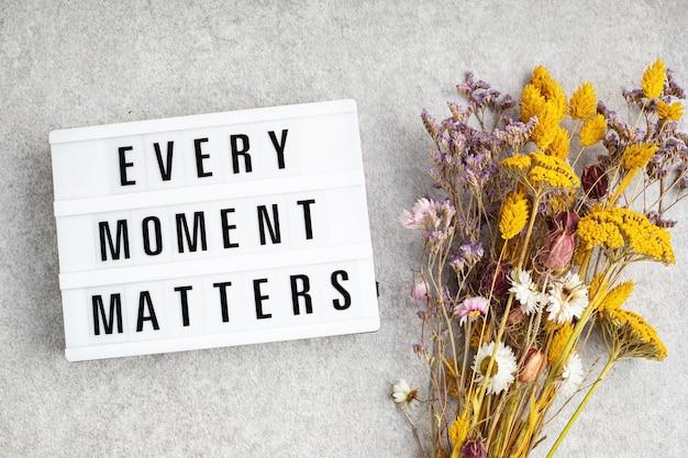 Lightbox com texto, cada momento é importante. saúde mental, ideia de pensamento positivo