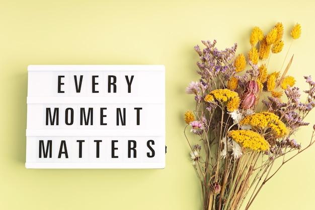 Lightbox com texto, cada momento é importante. saúde mental, pensamento positivo, conceito de bem-estar emocional