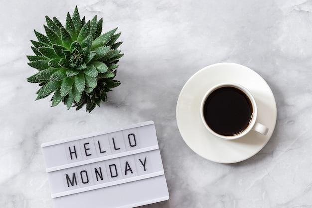 Lightbox text olá segunda-feira, xícara de café, suculenta em fundo de mármore