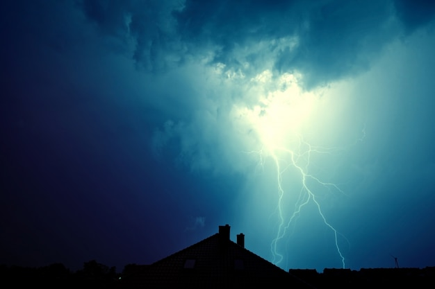 Lightning atingiu a casa.