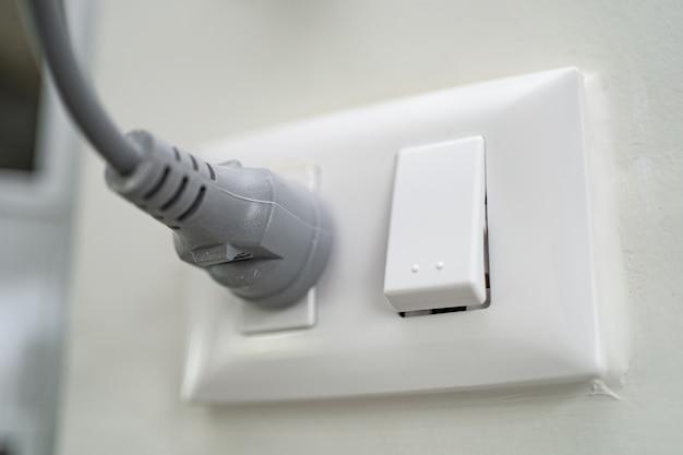 Ligue a tomada elétrica na parede da casa