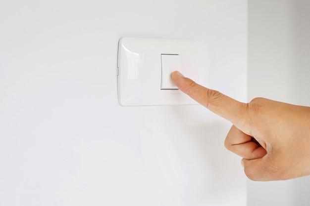 Ligue e desligue o interruptor de luz para economizar eletricidade.