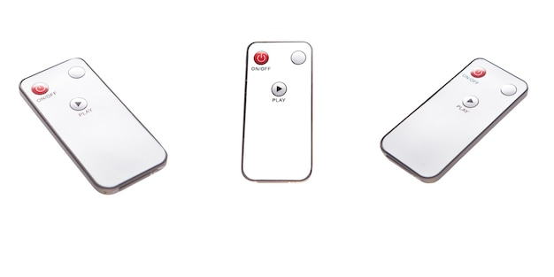 Ligue o alto-falante estéreo com o controle remoto isolado no fundo branco. controle remoto inteligente de sistema de som digital