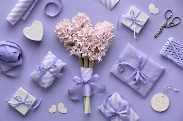 Lilás de primavera colorido com jacinto rosa, caixas de presente embrulhadas e decorações