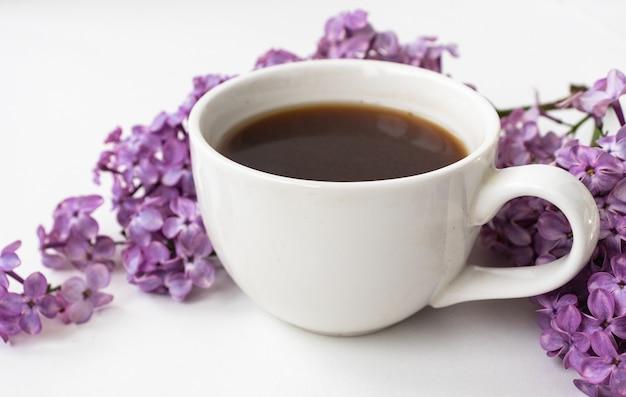 Lilás e café em estilo simples, sobre fundo branco de madeira. linda primavera. visão aérea. colocação plana, topo. temporada de verão. estilo de primavera natural.