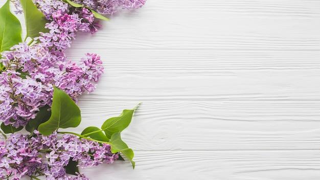 Lilás na mesa de madeira