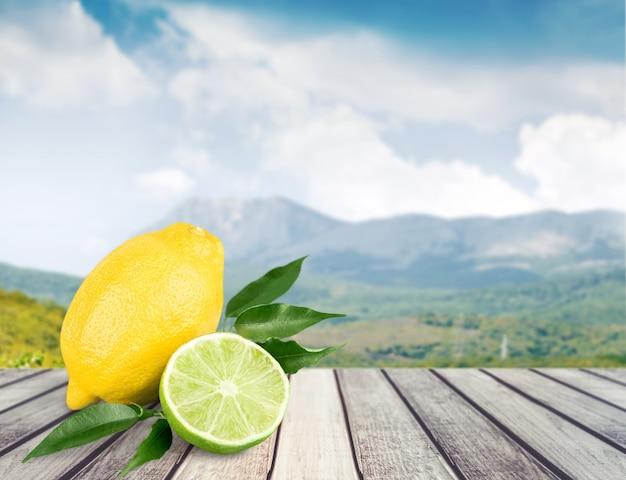 Lima fresca e limão isolados no fundo