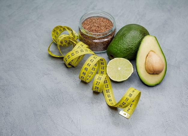 Limão, abacate, especiarias e fita métrica