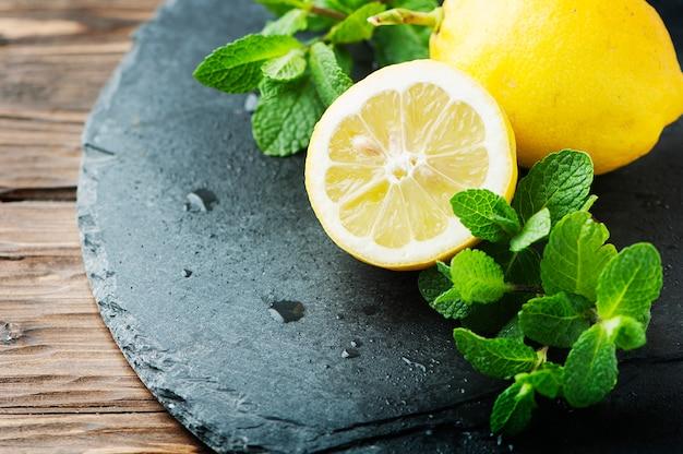 Limão amarelo e hortelã verde na mesa