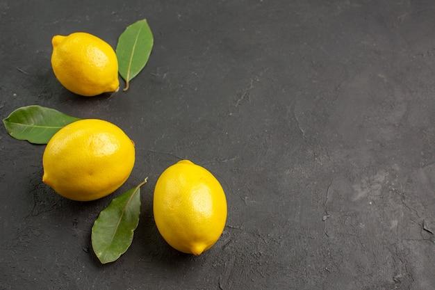 Limão azedo fresco de vista frontal alinhado em fundo escuro