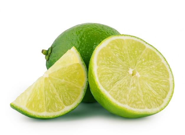 Limão azedo inteiro e fatiado