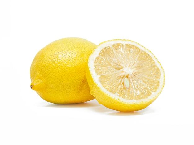 Limão com fatia isolada no branco