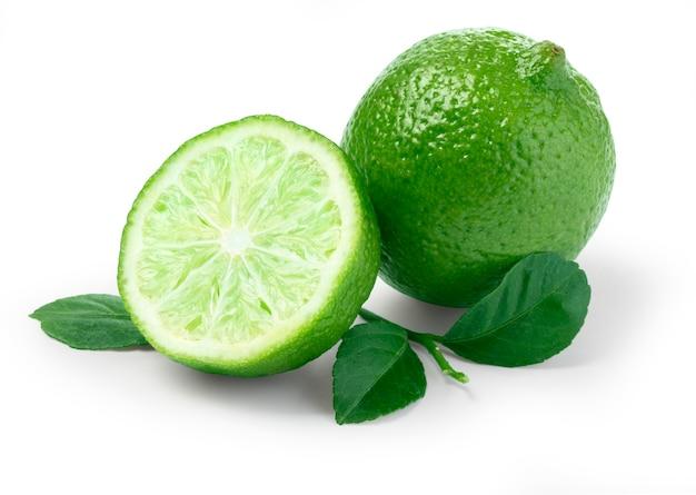Limão com fatias e folhas