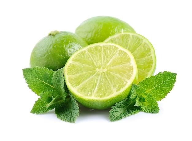 Limão com hortelã isolado no branco