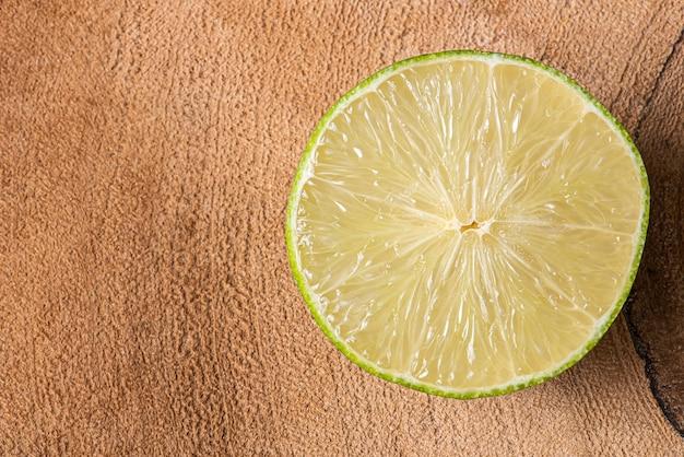 Limão cortado ao meio. fotos fechadas