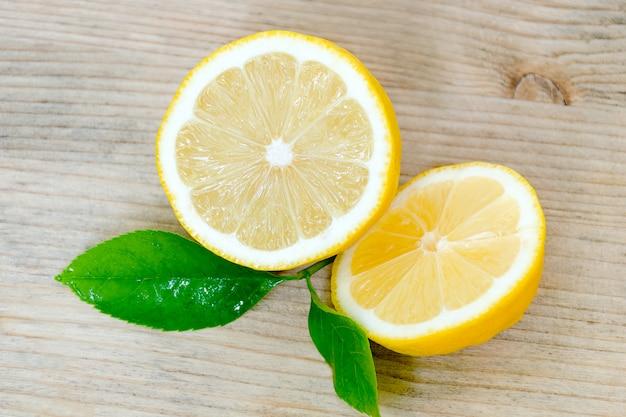 Limão, cortado em duas metades