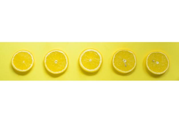 Limão de conceito de comida mínima em um fundo amarelo brilhante espaço livre para texto vista de cima minimalismo frutas cítricas criativas