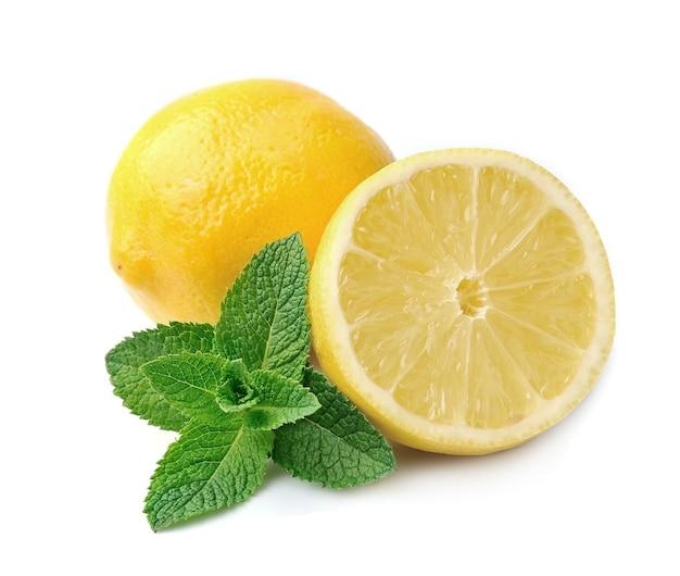 Limão doce com hortelã isolado no branco