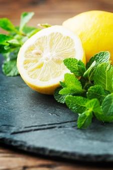 Limão doce fresco e hortelã verde na mesa