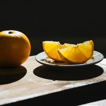 Limão doce suculento na tábua de madeira
