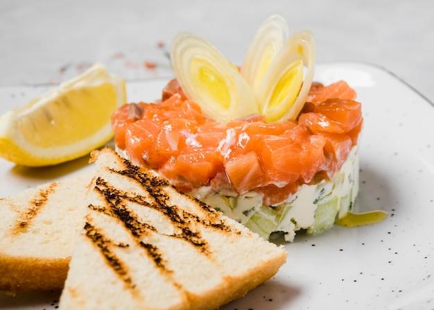 Limão e aperitivo de salmão fresco