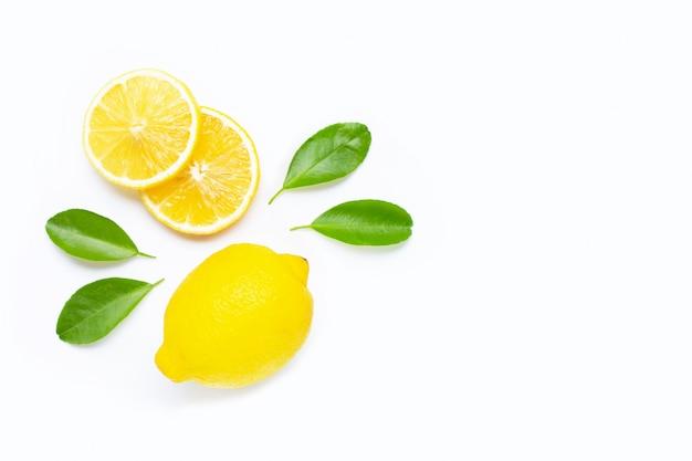 Limão e fatias com as folhas isoladas no branco. espaço da cópia