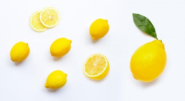 Limão e fatias com folhas isoladas no branco