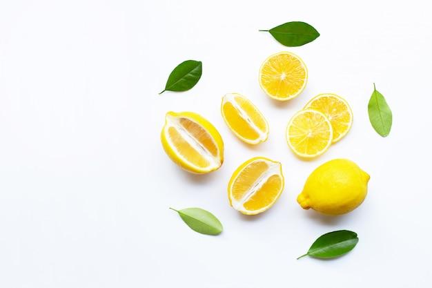 Limão e fatias com folhas isoladas