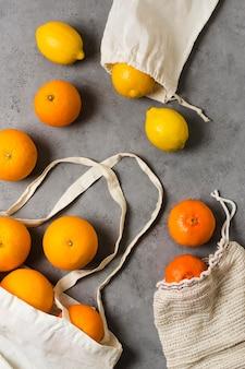 Limão e frutas cítricas em sacos para uma mente saudável e relaxada