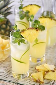 Limão e hortelã frescos combinados com suco de abacaxi fresco e tequila coquetéis de abacaxi