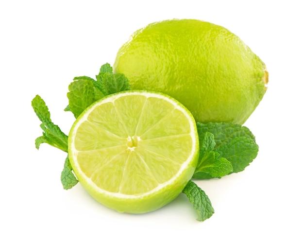 Limão e hortelã, isolados no fundo branco.