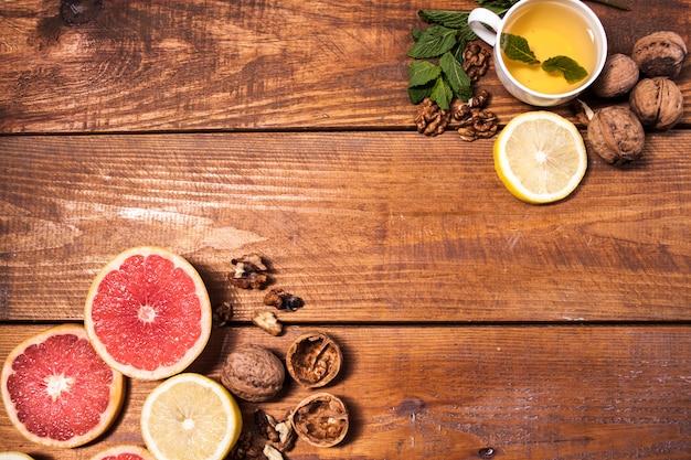 Limão e noz em uma superfície de madeira fechar