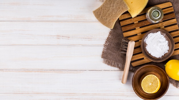 Limão e sal para limpeza ecológica doméstica