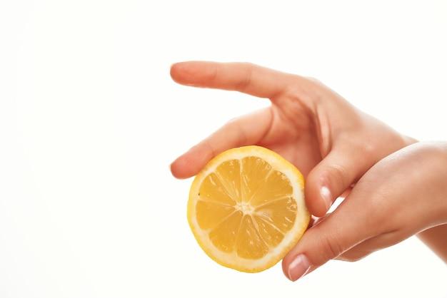 Limão em close-up de ingrediente de salada de mão. foto de alta qualidade