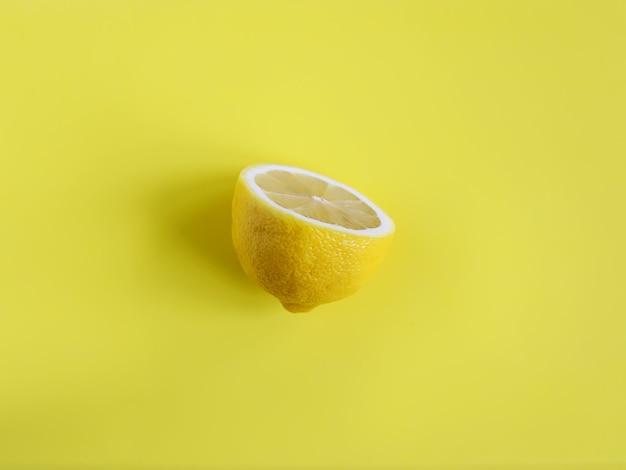 Limão em um fundo amarelo
