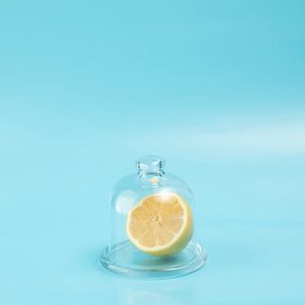 Limão em vidro sobre fundo azul, com espaço de cópia