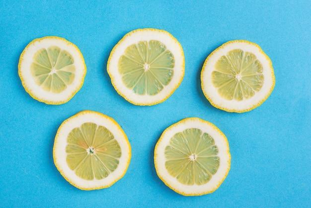 Limão fatiado em fundo azul
