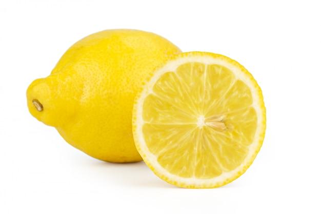 Limão fatiado isolado no branco