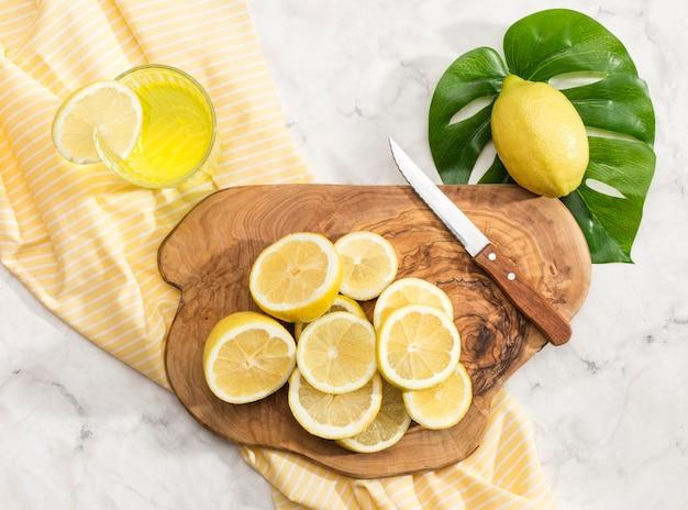 Limão fatiado na tábua de cortar