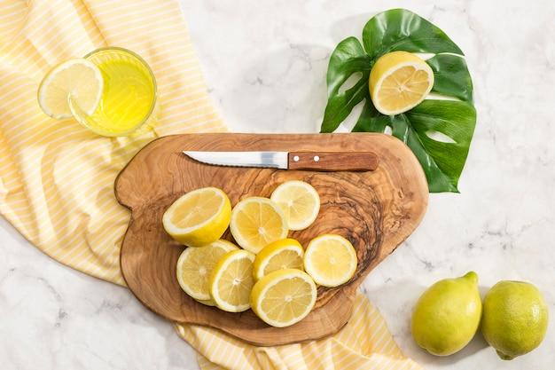 Limão fatiado na tábua de madeira