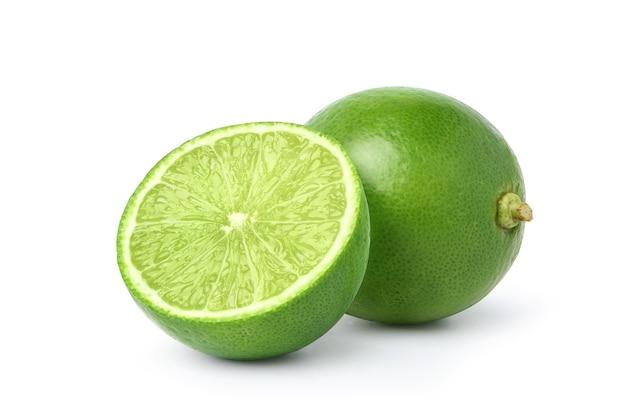 Limão fresco com corte ao meio, isolado no fundo branco.