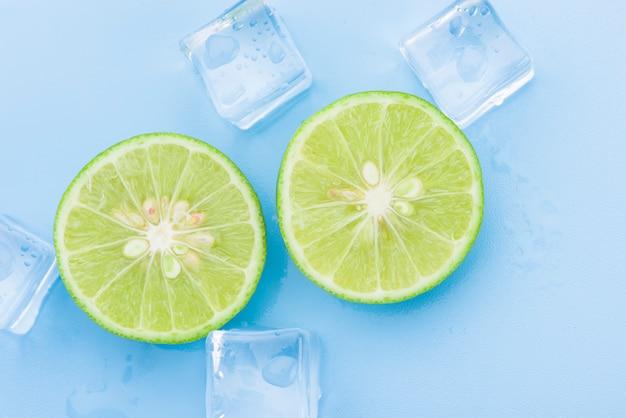 Limão fresco com cubo de gelo no azul