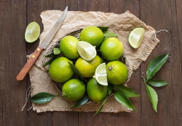 Limão fresco com faca em vista de mesa de madeira