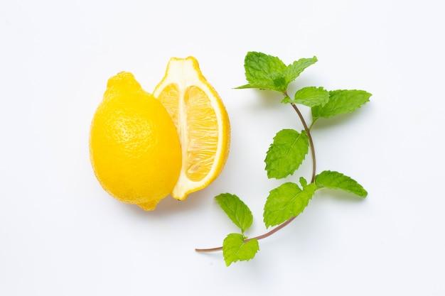 Limão fresco com folhas de hortelã isolado no branco